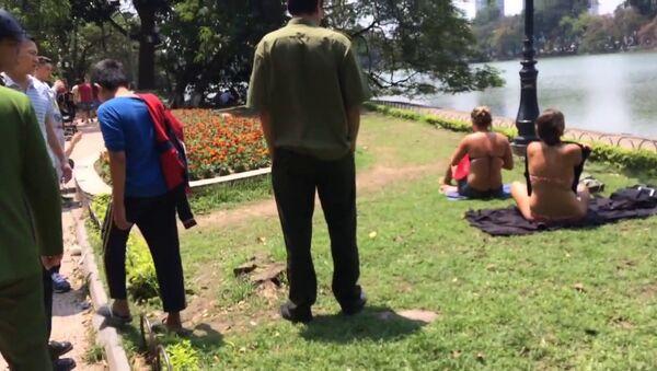 2 nữ du khách mặc bikini phơi nắng bên hồ Gươm - Sputnik Việt Nam