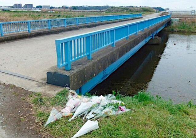 Khu vực phát hiện thi thể bé gái Việt, nhiều người dân đã đến đặt hoa để tưởng nhớ nạn nhân.