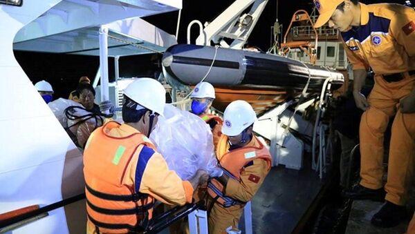 Thi thể Đại phó tàu Hải Thành 26 Lương Văn Quỳnh được lực lượng chức năng đưa vào bờ - Sputnik Việt Nam