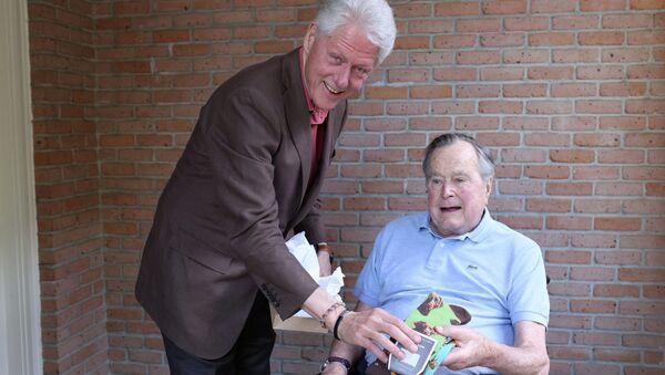 Bill Clinton đến thăm tặng bít-tất cho George Bush - Sputnik Việt Nam