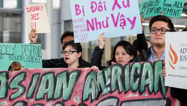 """""""Không ai nên bị đối xử như vậy"""" là một trong những biểu ngữ được giăng lên tại sân bay quốc tế O'Hare ở thành phố Chicago, Mỹ. - Sputnik Việt Nam"""