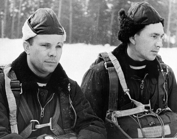 Các thành viên đội phi hành gia đầu tiên Yuri Gagarin và Pavel Belyaev huấn luyện nhảy dù - Sputnik Việt Nam