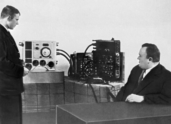 Tổng công trình sư Sergei Korolev kiểm tra bài thi của Yuri Gagarin - Sputnik Việt Nam