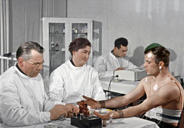 Yuri Gagarin kiểm tra sức khỏe trước chuyến bay. - Sputnik Việt Nam