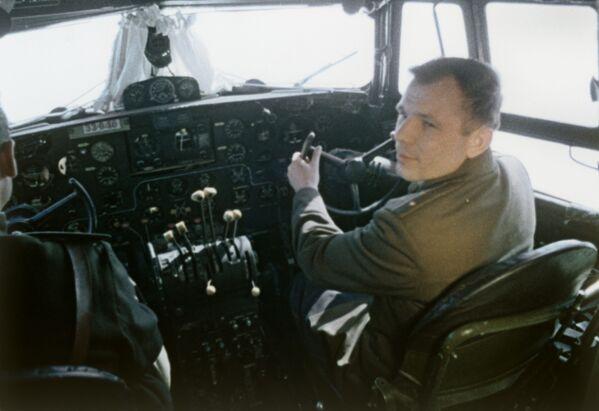 Yuri Gagarin trong cabin máy bay. - Sputnik Việt Nam