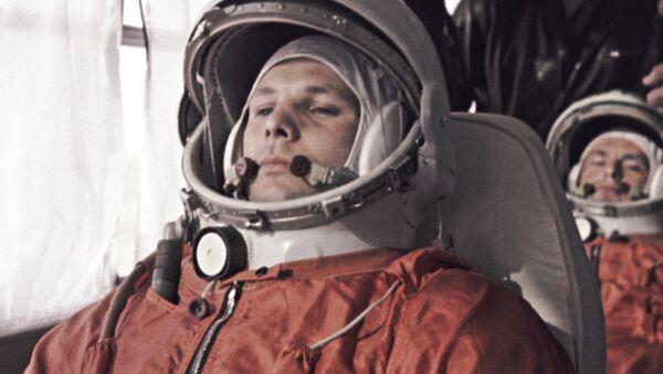 Ngày 12 tháng 4 năm 1961. Sân bay vũ trụ Baikonur. Yuri Gagarin và phi công dự bị German Titov (ở phía sau) đi đến vị trí xuất phát. - Sputnik Việt Nam