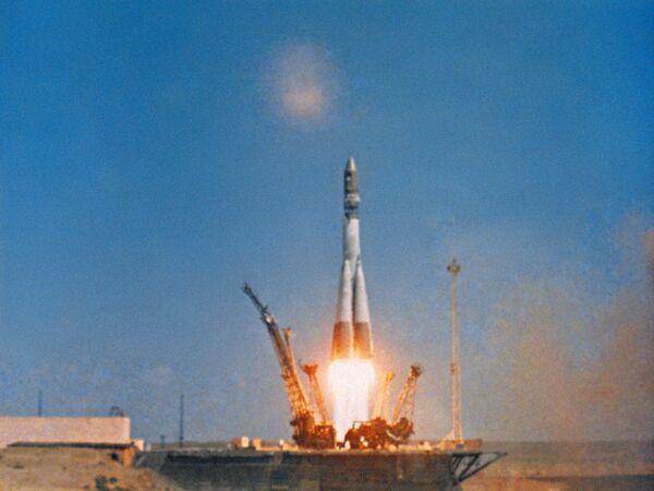 Tên lửa đẩy cùng tàu vũ trụ có người lái Vostok-1 khởi hành. - Sputnik Việt Nam