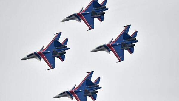"""Chiến đấu cơ Su-30SM của đội thuật lái nhào lộn Tráng sĩ Nga"""" trong cuộc tập dượt phần trên không của Diễu binh Ngày Chiến thắng. - Sputnik Việt Nam"""