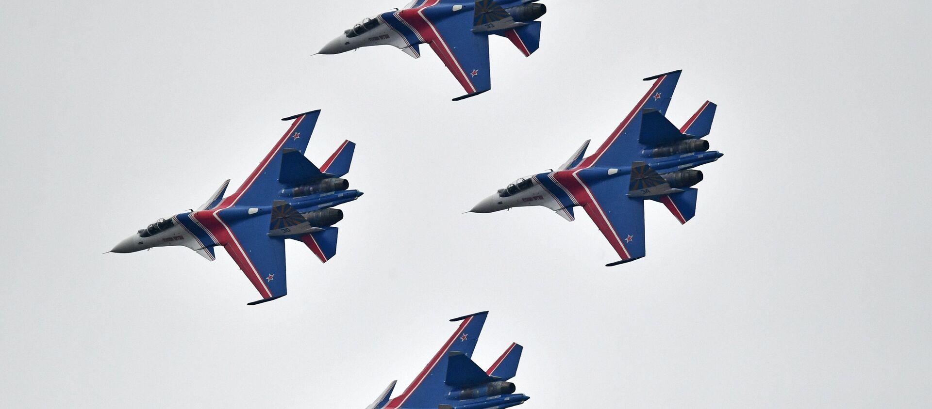 """Chiến đấu cơ Su-30SM của đội thuật lái nhào lộn Tráng sĩ Nga"""" trong cuộc tập dượt phần trên không của Diễu binh Ngày Chiến thắng. - Sputnik Việt Nam, 1920, 09.05.2020"""