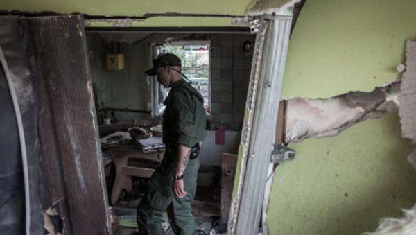 Dân quân Cộng hòa nhân dân Donetsk kiểm tra căn nhà đã bị phá hủy bởi đạn pháo do lực lượng an ninh Ukraina bắn vào Gorlovka - Sputnik Việt Nam