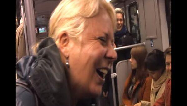 Người phụ nữ bật cười trong tàu điện ngầm - Sputnik Việt Nam