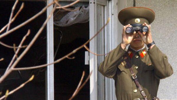Người lính Bắc Triều Tiên quan sát bằng ống nhòm - Sputnik Việt Nam