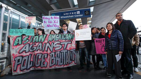 Cộng đồng người Mỹ gốc Việt biểu tình dữ dội phản đối hãng United Airlines - Sputnik Việt Nam
