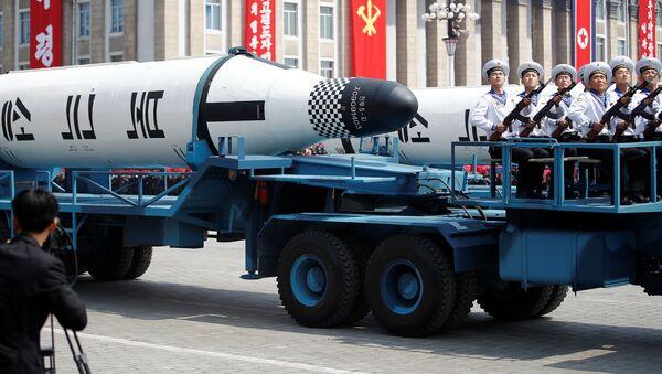 Xe quân sự với tên lửa Pukkykson trong cuộc diễu hành quân sự kỷ niệm 105 năm ngày sinh của Kim Il Sung ở Bình Nhưỡng, Bắc Triều Tiên - Sputnik Việt Nam