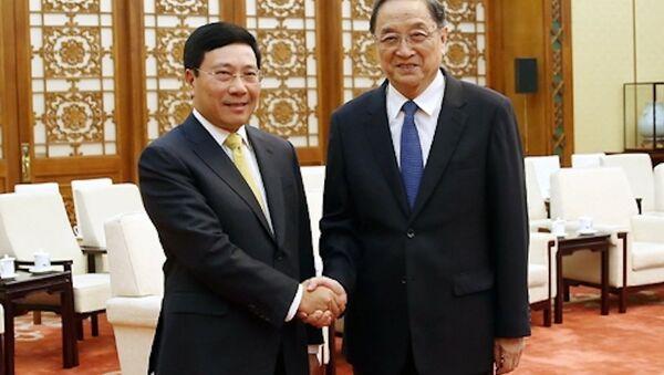 Phó thủ tướng Phạm Bình Minh bắt tay Chủ tịch Hội nghị hiệp thương chính trị toàn quốc Trung Quốc Du Chính Thanh - Sputnik Việt Nam
