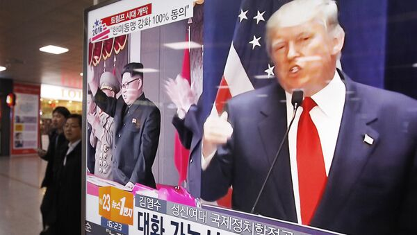A TV screen shows pictures of U.S. President-elect Donald Trump, right, and North Korean leader Kim Jong Un, at the Seoul Railway Station in Seoul, South Korea, Thursday, Nov. 10, 2016 - Sputnik Việt Nam