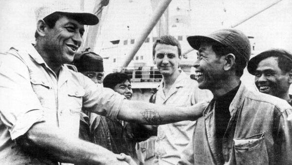 Công nhân cảng Hải Phòng chào đón các thủy thủ Liên Xô đưa chuyến hàng mới tới nước Việt Nam Dân chủ Cộng hòa. - Sputnik Việt Nam