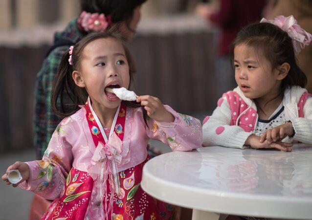 Сô gái ăn kem ở Bình Nhưỡng, Triều Tiên
