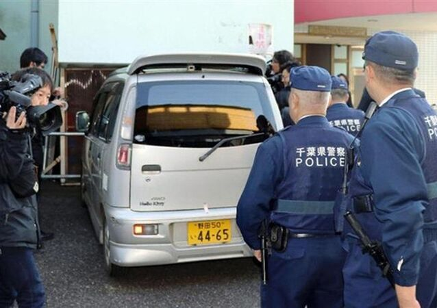 Xe cảnh sát đưa nghi phạm Shibuya đi vào sáng 14-4