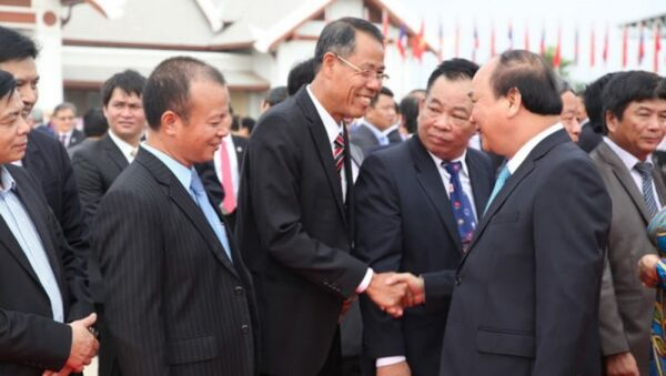 Chủ tịch Tổng hội Việt Nam tại Lào Nguyễn Duy Trung đón Thủ tướng - Sputnik Việt Nam