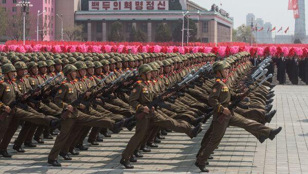 Các quân nhân trong cuộc diễu binh kỷ niệm 105 năm ngày sinh của lãnh tụ Kim Il Sung sáng lập Nhà nước CHDCND Triều Tiên - Sputnik Việt Nam