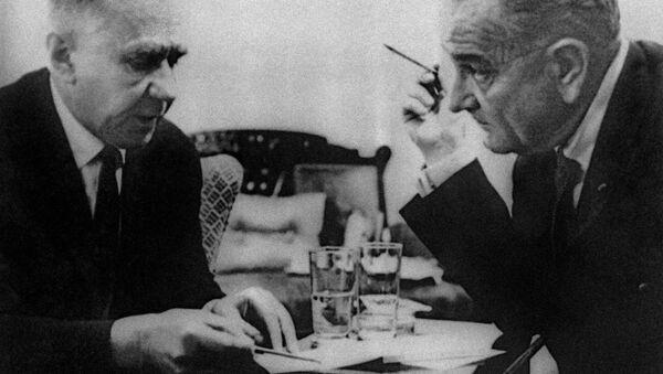 Thủ tướng Liên Xô Aleksey Kosygin đã có cuộc gặp với Tổng thống Mỹ lúc bấy giờ ông Lyndon Johnson. - Sputnik Việt Nam