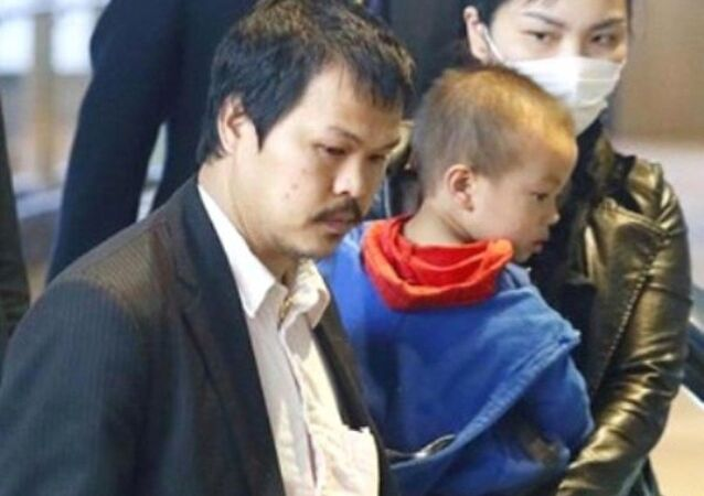 Gia đình Nhật Linh ở sân bay Narita sáng 21/4.