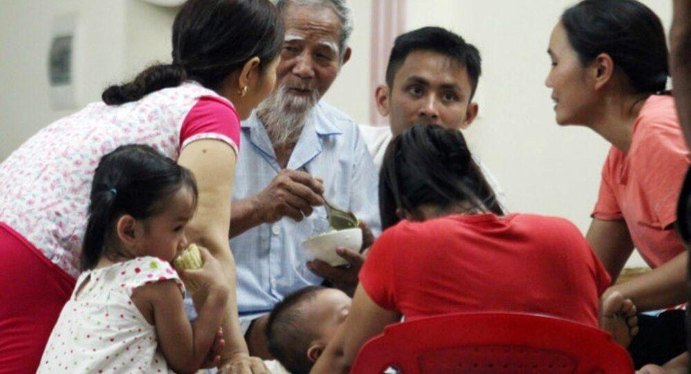Cụ Lê Đình Kình ăn bữa cơm tối cùng gia đình