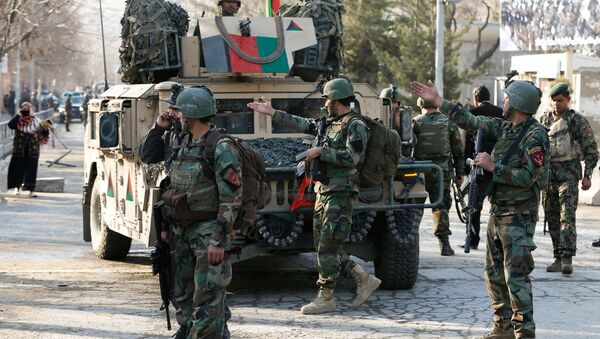 Afghan commando troops watch outside a military hospital in Kabul, Afghanistan March 8, 2017 - Sputnik Việt Nam