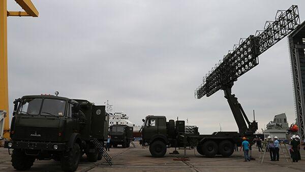 Hội đồng nghiệm thu theo dõi việc vận hành thử hoạt động của radar RV-02. - Sputnik Việt Nam