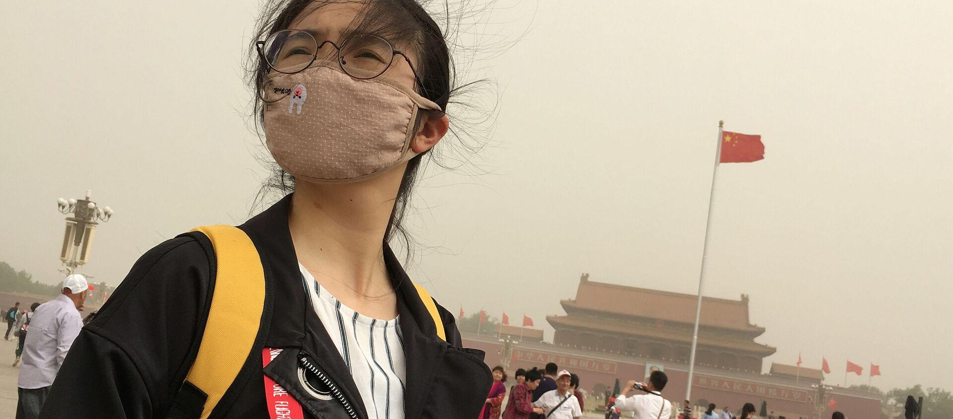Девушка в маске от смога на площади Таньянмень в центре Пекина - Sputnik Việt Nam, 1920, 22.06.2020