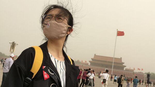 Девушка в маске от смога на площади Таньянмень в центре Пекина - Sputnik Việt Nam
