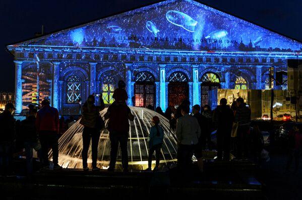 """Cuộc trình diễn ánh sáng đa phương tiện Lá thư Chiến thắng"""" trên Quảng trường Manezh ở Matxcơva. - Sputnik Việt Nam"""