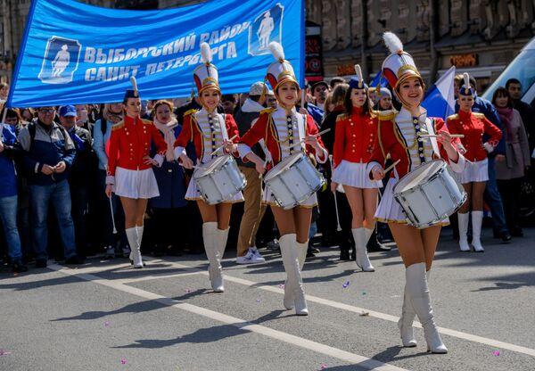 Những người tham gia cuộc diễu hành lễ hội Ngày Lao động Quốc tế 1 tháng Năm  ở Saint-Peterburg. - Sputnik Việt Nam