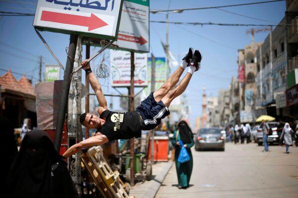 Muhammad al-Hur 23 tuổi người Ả Rập Palestine hiện sống ở Dải Gaza đang hăng hái tập luyện thể thao. - Sputnik Việt Nam