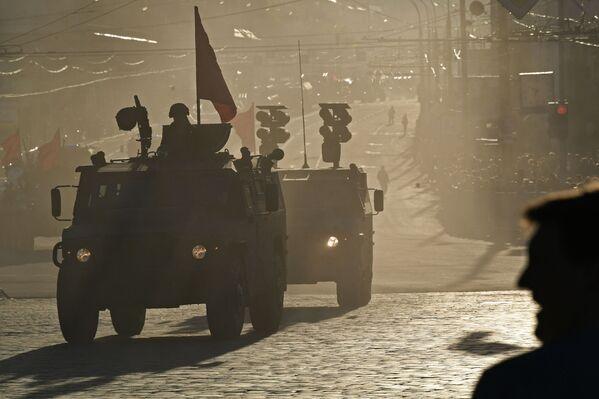 Thiết bị quân sự hành quân trong diễn tập chuẩn bị cho diễu binh Ngày Chiến thắng ở Matxcơva - Sputnik Việt Nam