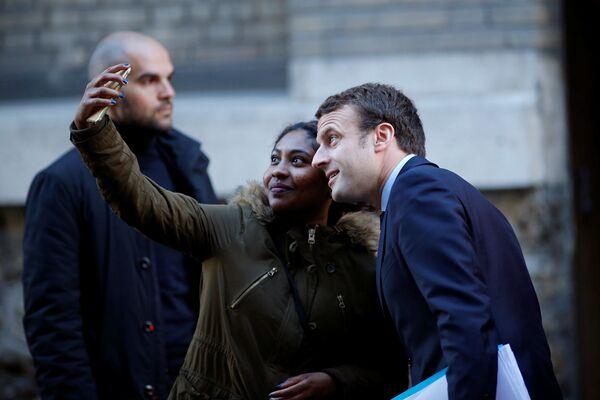 """Chính khách cũng là người bình thường, và không có gì thuộc về con người mà lại xa lạ với họ. Ứng viên Tổng thống Pháp Emmanuel Macron sẵn lòng chụp ảnh """"tự sướng"""" với fan nữ ...Chính khách cũng là người bình thường, và không có gì thuộc về con người mà lại xa lạ với họ. Ứng viên Tổng thống Pháp Emmanuel Macron sẵn lòng chụp ảnh """"tự sướng"""" với fan nữ ... - Sputnik Việt Nam"""
