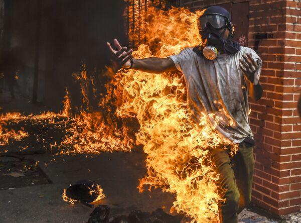 Và một lần nữa lại là Venezuela. Người biểu tình chống Chính phủ bị chìm trong  lửa bởi nổ bình xăng trên xe mô-tô của cảnh sát ... - Sputnik Việt Nam
