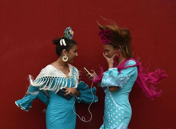 Tây Ban Nha. Thiếu nữ mặc trang phục truyền thống trong lễ hội Feria de Abril ở Seville. - Sputnik Việt Nam