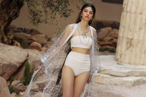 Người mẫu trình diễn sưu tập trang phục của Chanel Cruise ở Paris. - Sputnik Việt Nam