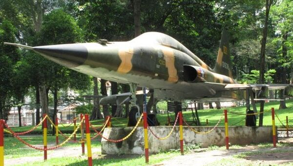 Một chiếc tiêm kích F-5E được trưng bày trong khuôn viên Dinh Độc Lập - Sputnik Việt Nam