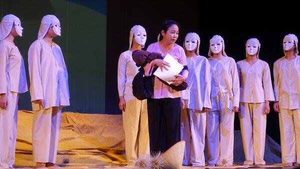 Vở kịch Dưới cát là nước của Nhà hát Kịch QĐND Việt Nam. Diễn tại Nhà hát Hàn lâm Trung ương Quân đội Nga. - Sputnik Việt Nam