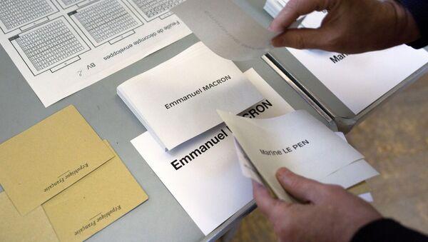 Избирательные бюллетени на избирательном участке в Париже во время второго тура президентских выборов во Франции - Sputnik Việt Nam