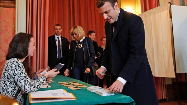 Кандидат в президенты Франции Эммануэль Макрон во время второго тура президентских выборов во Франции - Sputnik Việt Nam