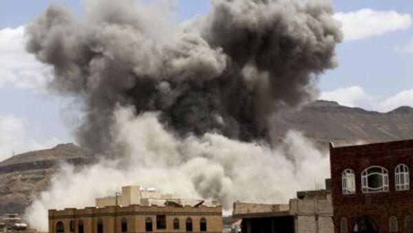 Khói từ một cuộc không kích vào căn cứ quân sự ở thành phố Sanaa - Sputnik Việt Nam