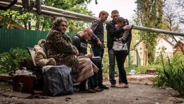 Cư dân ngôi nhà tại thành phố Donetsk bị các lực lượng an ninh Ukraine bắn phá - Sputnik Việt Nam