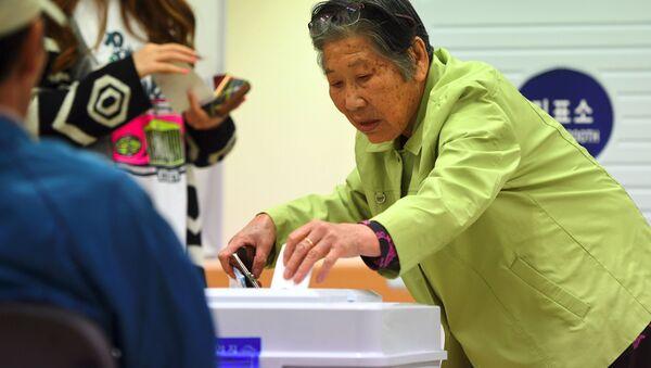 Женщина на избирательном участке во время президентских выборов в Южной Корее - Sputnik Việt Nam