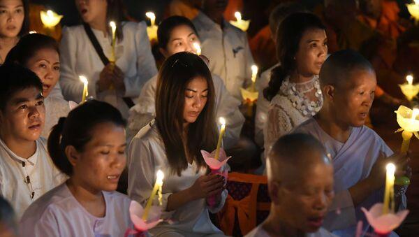 Tín đồ Phật giáo Thái Lan cầu nguyện tại đền Mahabodhi ở Ấn Độ trong ngày Phật Đản. - Sputnik Việt Nam