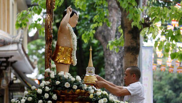 Hà Nội. Phật tử trước tượng Đức Phật trong chùa Quán Sứ - Sputnik Việt Nam