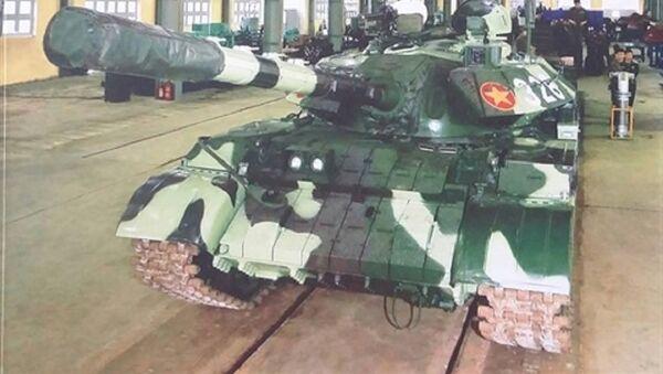 Xe tăng T-55 nâng cấp đang nằm trong nhà xưởng - Sputnik Việt Nam